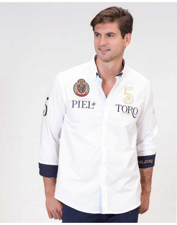 CAMISA SLIM FIT CON PARCHES Y BORDADO HERALDICO